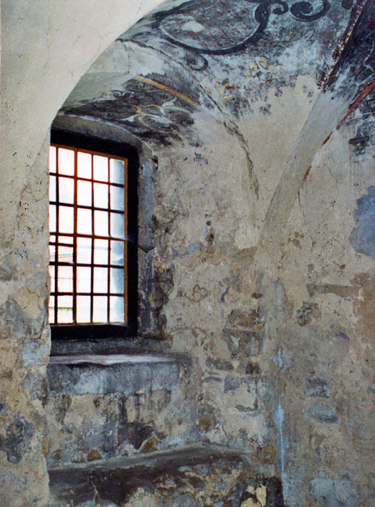 POL-aaaPinc-vestibule-window-on-northern-wall-and-fragment-of-vault-b4-cons-2001